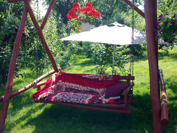 Huśtawka z drewna do ogrodu