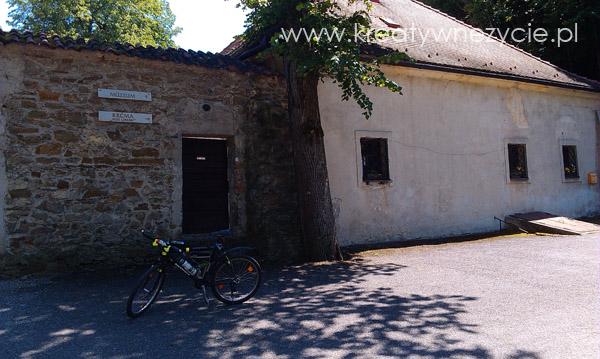czerwony klasztor na rowerze