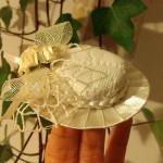 Jak zrobić kapelusz z nakrętek i wstążek?