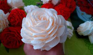 Kosz róż z krepy
