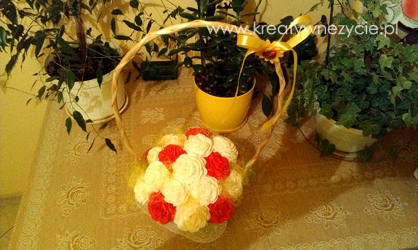 Koszyk róż bibuła