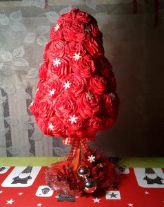 Choinka z róż krepina
