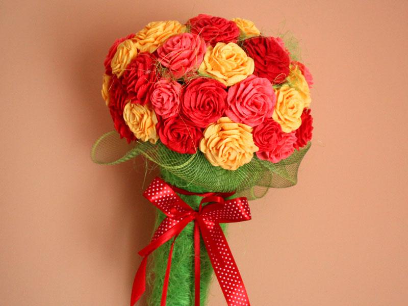 Róże z krepy w rożku