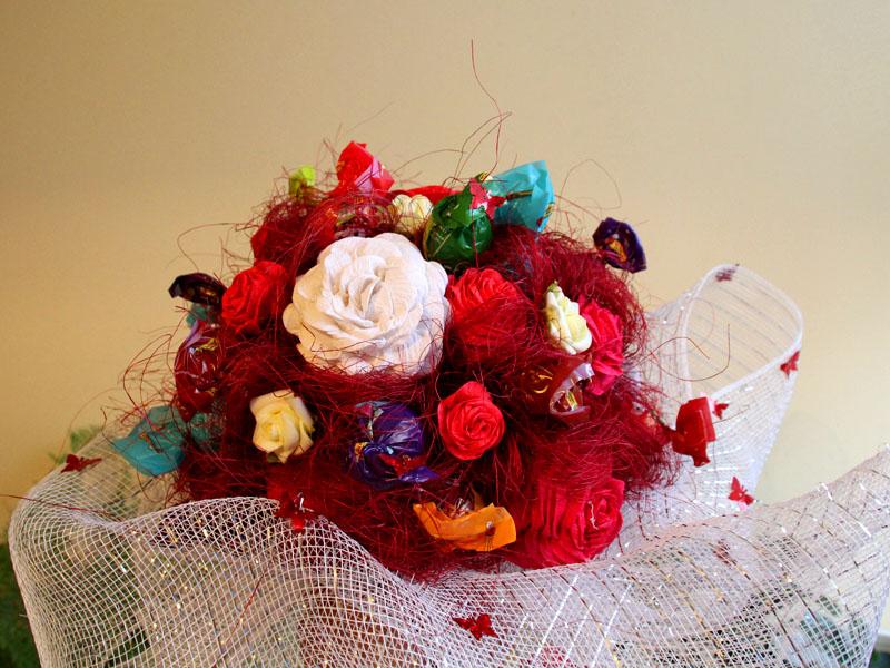 Słodki bukiet z róż i lizaków