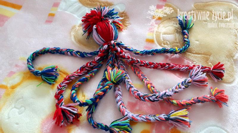 Ośmiornica z włóczki kolorowa zabawka