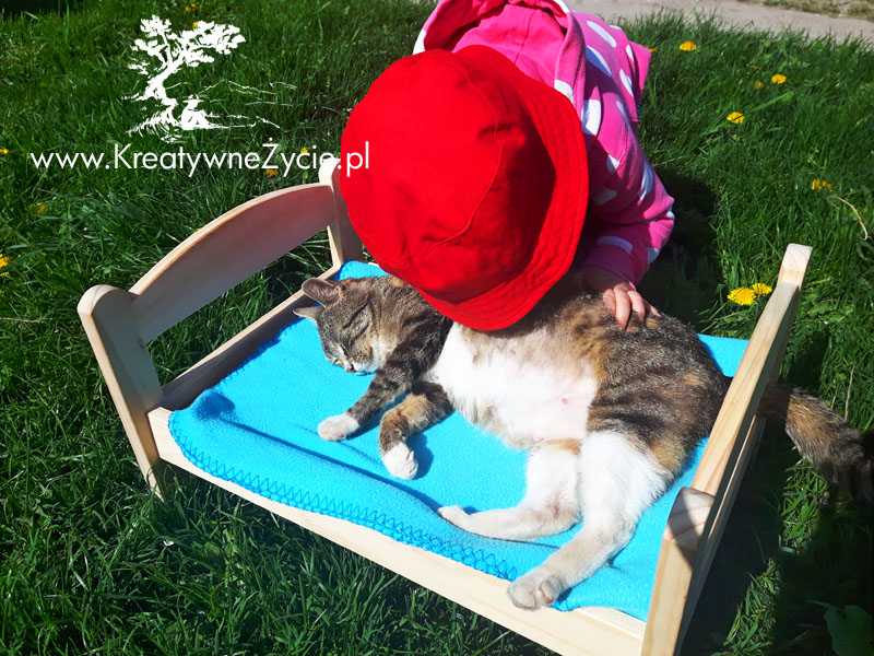Łóżeczko dla lalek i kotek