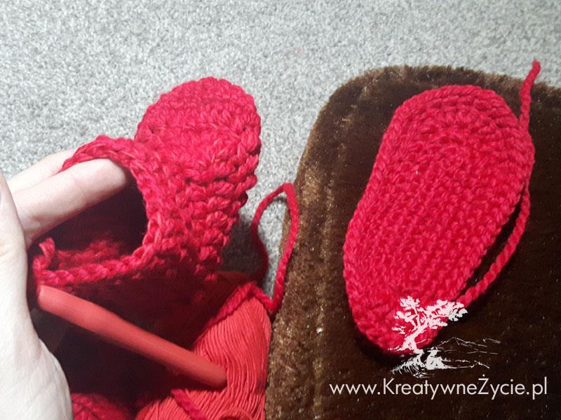 Truskawkowe buciki na szydełku